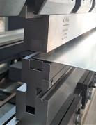 Abkantwerkzeug für L-Profile mit Prägeschlitzen